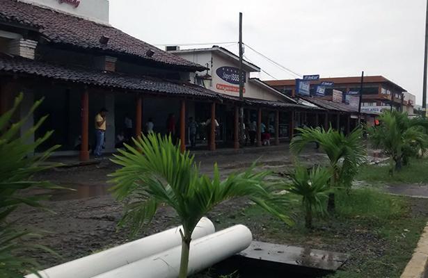 Comerciantes temen mayores afectaciones por retraso en obras del centro de Zihua