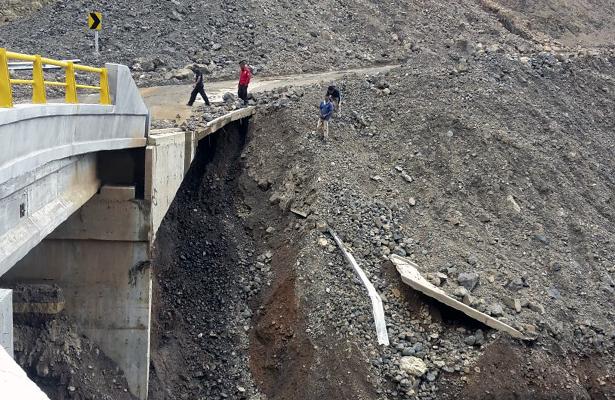 Colapso de dos puentes incomunica 6 comunidades