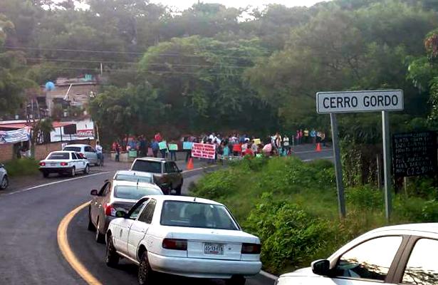Bloquean carretera Iguala-Taxco; exigen 8 maestros