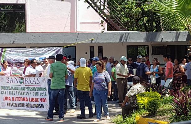 Continúa la protesta usuarios de Autopista Iguala; exigen paso libre