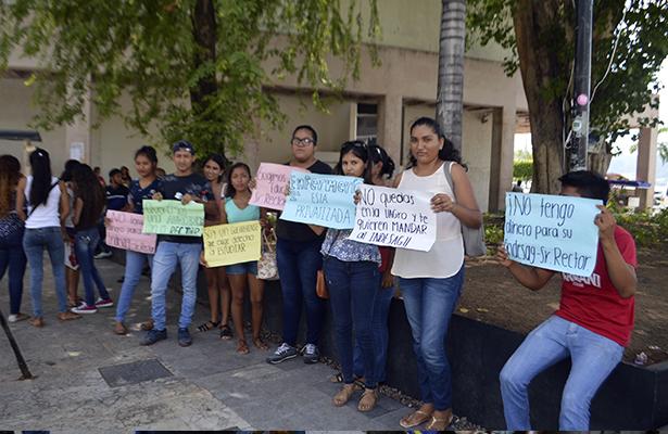 Rechazados de la UAGro también protestaron en el Zócalo de Acapulco