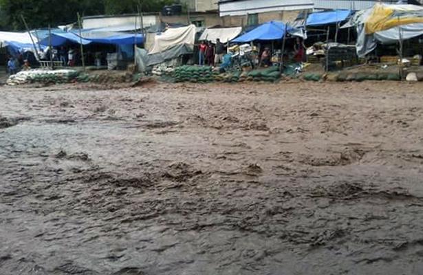 Arrasa río con el drenaje en Tlapa y contamina calles con fétidas aguas
