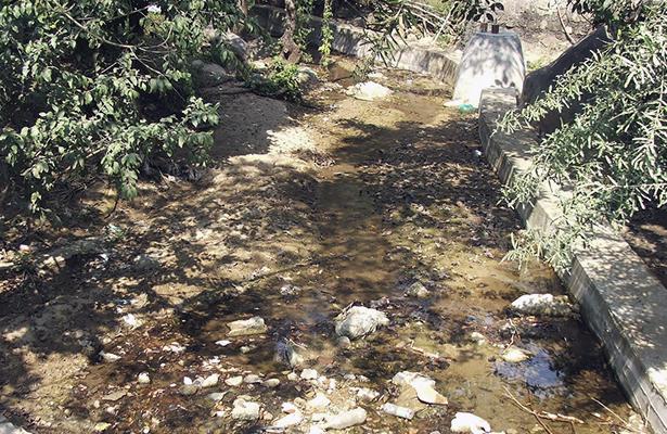 Se quejan colonos de la Alianza Campesina de arroyo en basurero y con aguas negras