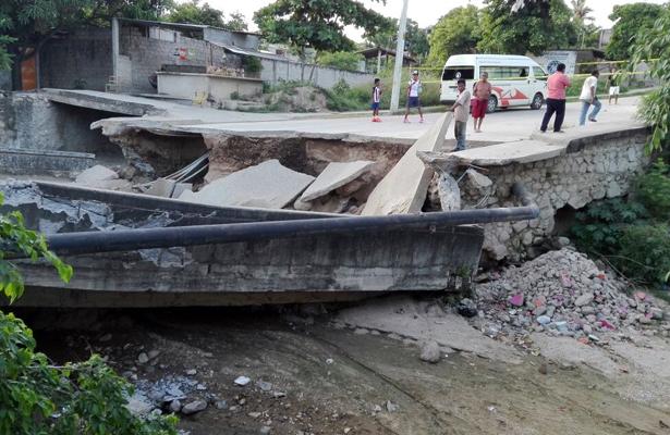 Sigue sin ser reconstruido puente en la colonia Unidos por Guerrero