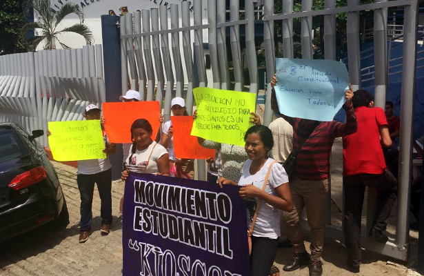 Protestan rechazados de la UAGro en escuelas de la salud