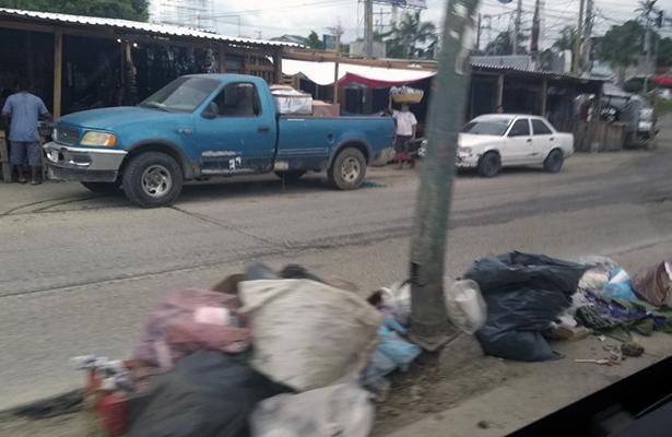 Demandan comerciantes contenedores y recolección de basura en el mercado de la Vacacional