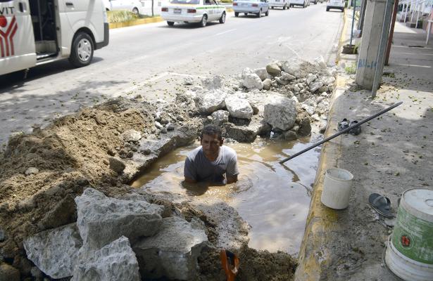 Despedician cientos de litros de agua potable