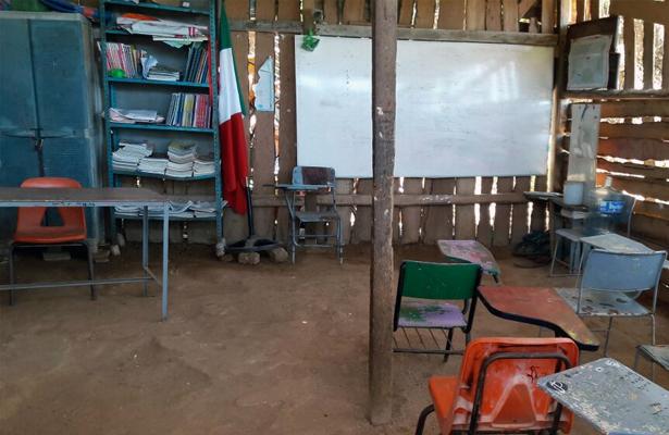 Iniciarán clases en escuelas sin aulas dignas ni mobiliario