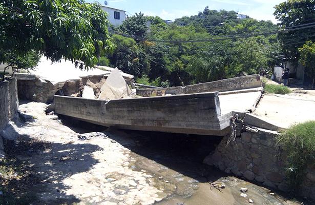 Colapsa puente en la colonia Unidos por Guerrero