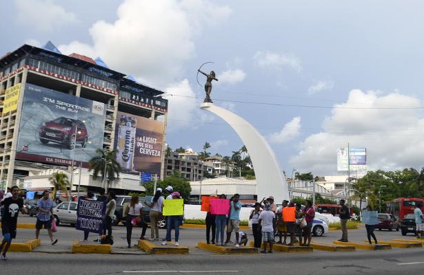 Protestan rechazados de la UAGro en la Diana