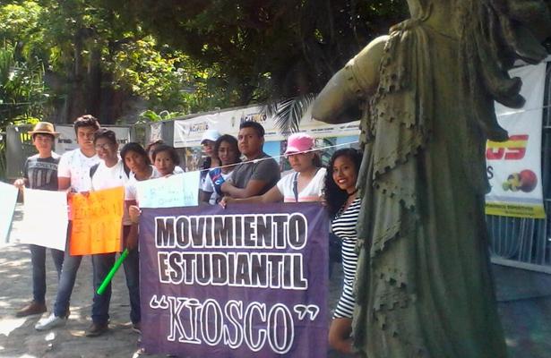 Estudiantes rechazados de la UAGro protestan en el Ayuntamiento
