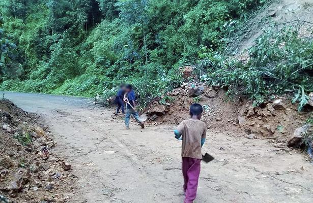 Limpian niños de Malinaltepec caminos rurales para este regreso a clases