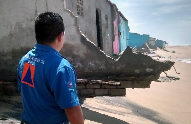 Evacuan a familias afectadas por mar de fondo en Boca del Río