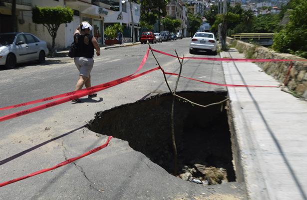 Después de dos meses atenderán socavón en la calle Navegante Juan Pérez