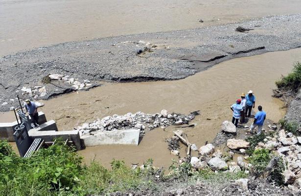 Alertan habitantes por ruptura de un canal en Tlaquitepec