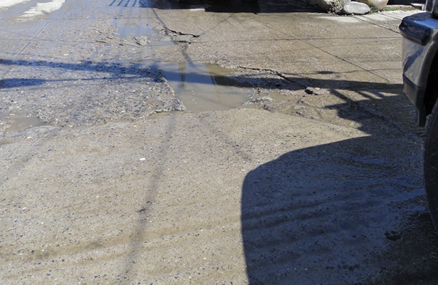 Fuga de agua ocasiona cuarteaduras en pavimento.