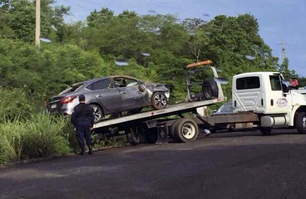 Vuelca auto compacto en la carretera nacional Zihuatanejo-Lázaro Cárdenas