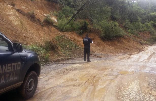 Deslave de tierra en el crucero de la carretera Taxco-Pilcaya-Membrillos