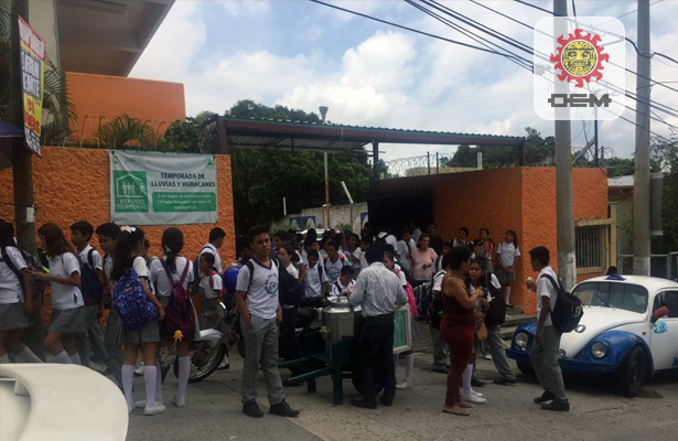 Evacúan a miles de estudiantes de escuelas de Acapulco por el sismo de 7.1 grados