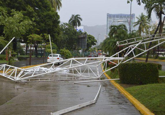 Árboles caídos y fallas en la energía eléctrica por paso de huracán Max