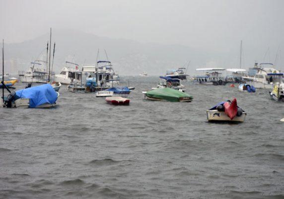 Cierran el puerto a la navegación por mal tiempo en Acapulco