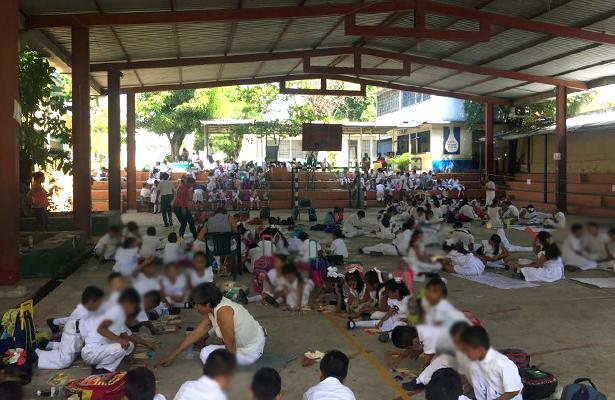 Alumnos toman clases en la cancha de la primaria Plan de Ayala