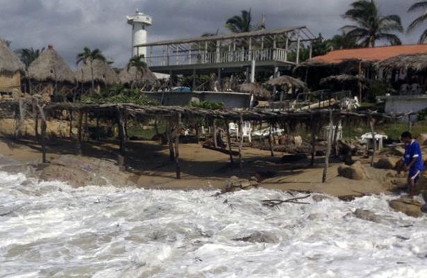Pérdida de mobiliario, enramadas y baja en las ventas por alto oleaje en playa de Pie de la Cuesta, La Bonfil y Icacos