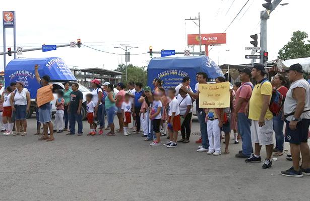 Con protesta, padres de familia y maestros piden revisión de plantel Francisco Javier Mina