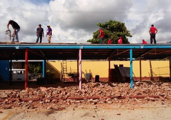 Padres de familia toman iniciativa y derriban techo de jardín de niños