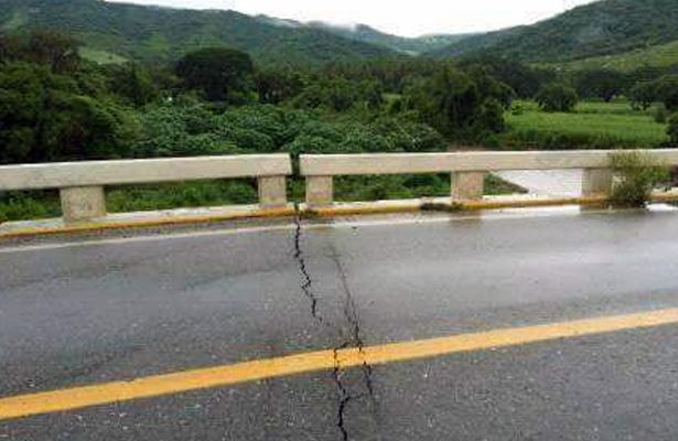 Lluvias dañaron el puente de la localidad El Zapote, Coyuca de Benítez
