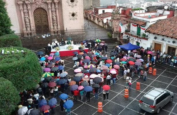 Pese a afectaciones, feligreses acuden a misa en centro religioso de Santa Prisa en Taxco