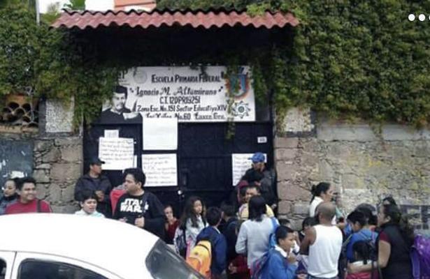 Padres de familia bloquean calles y toman escuela en Taxco
