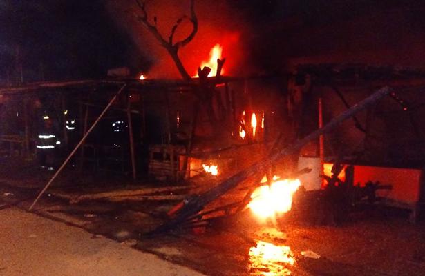 Incendio consume 30 locales en la central de abastos de Acapulco