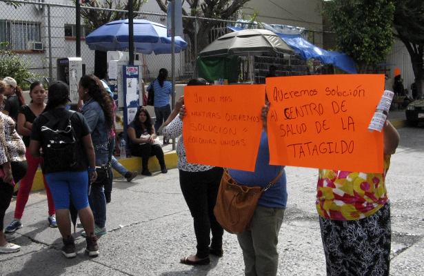 Con bloqueo piden que se concluya la construcción del Centro de Salud de la colonia Tatagildo