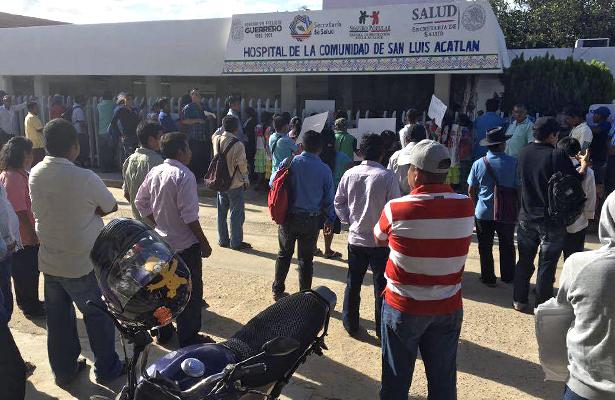 Protestan más de un centenar de personas en el hospital básico comunitario de San Luis Acatlán