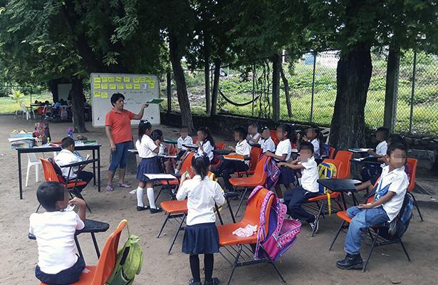 Cerca de 60 alumnos reciben clases a la intemperie en Atoyac