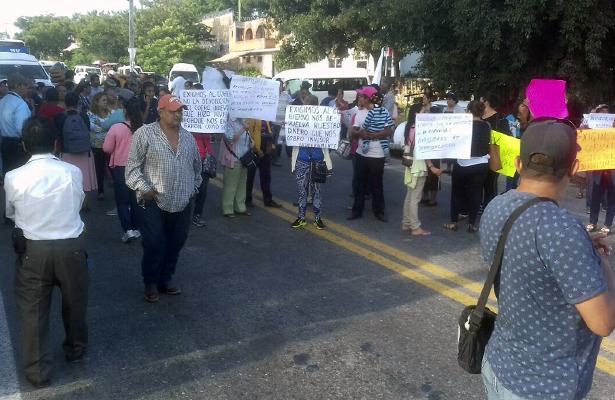 Con bloqueo, habitantes de la colonia Arboledas piden devolución de 173 mil pesos
