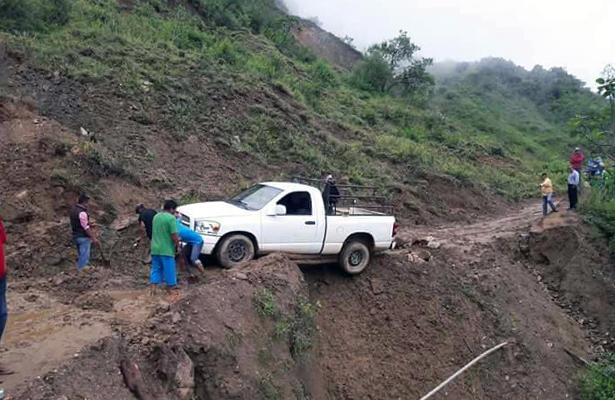Lluvias provocan derrumbes en la carretera Tlapa-Metlatónoc