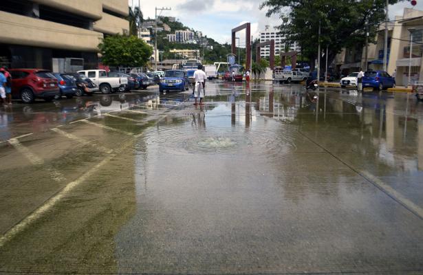 Sin atender fuga de aguas  negras en el acceso del  mercado de Santa Lucía