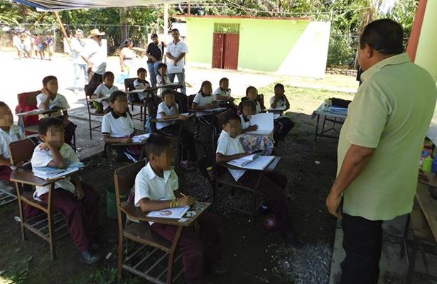 Por daños en salones, alumnos toman clases en la explana de primaria en Atoyac