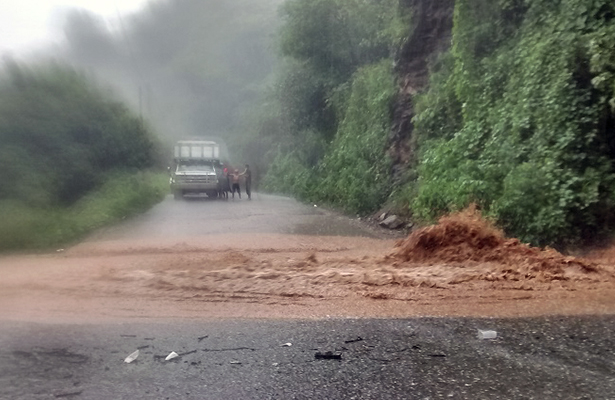 Crecida del arroyo La Cascada hace instransitable la carretera Ometepec-Xochistlahuaca