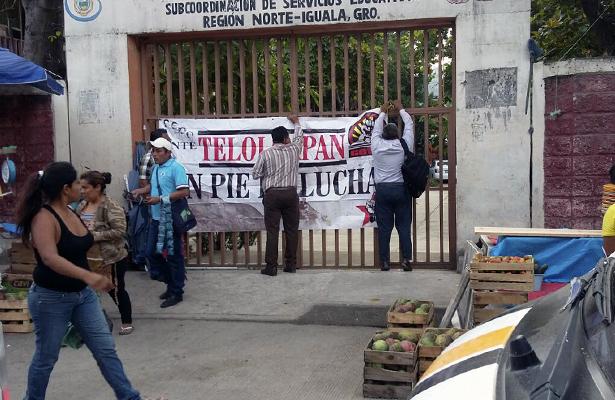 Maestros de la CETEG toman las oficinas de la SEG en Iguala