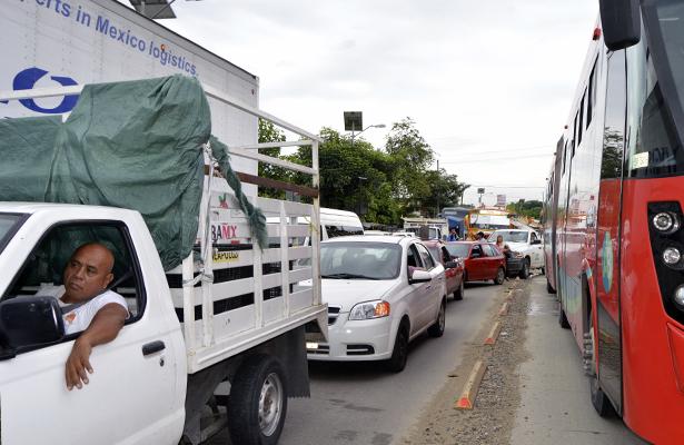 Bloqueo en carretera afecta servicio de Acabús y transporte colectivo