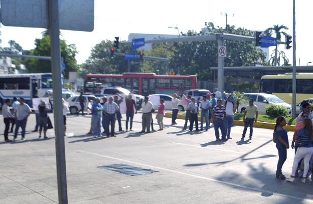 Maestros, supervisores y padres de familia bloquean la costera Miguel Alemán