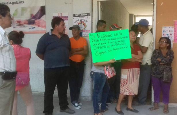 """Fretnte a Tesorería municipal, protestan habitantes de la colonia """"28 de abril"""" en Iguala"""