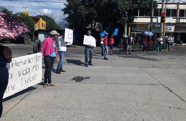 Bloquean cuatro carriles del periférico sur en Iguala