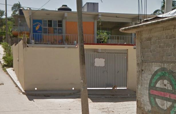 """En protesta, maestras bloquean la entrada del jardín de niños """"Luis G. Urbina"""""""