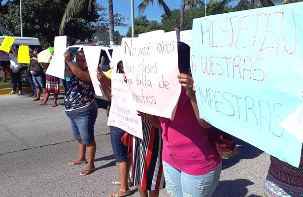 Protestan con bloqueo padres de familia de tres escuelas
