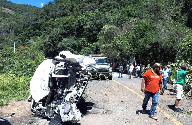Aumenta a tres muertos y siete heridos por caída de roca a combi