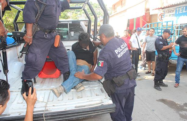 Comerciantes detienen y golpean a presunto asaltante en Zihuatanejo